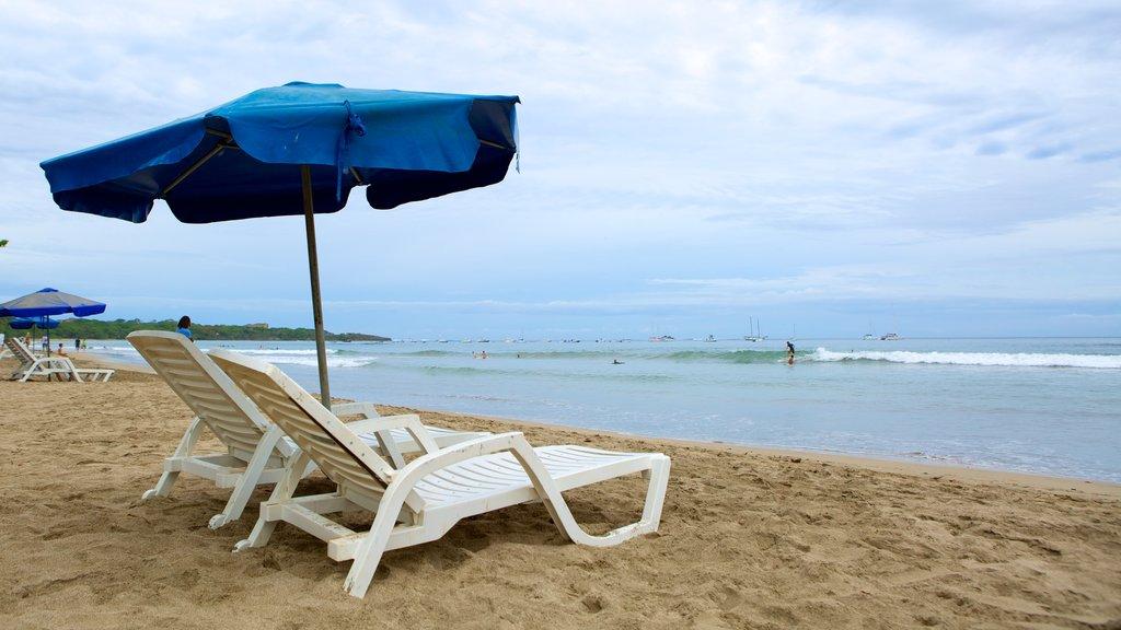 Tamarindo ofreciendo una playa de arena