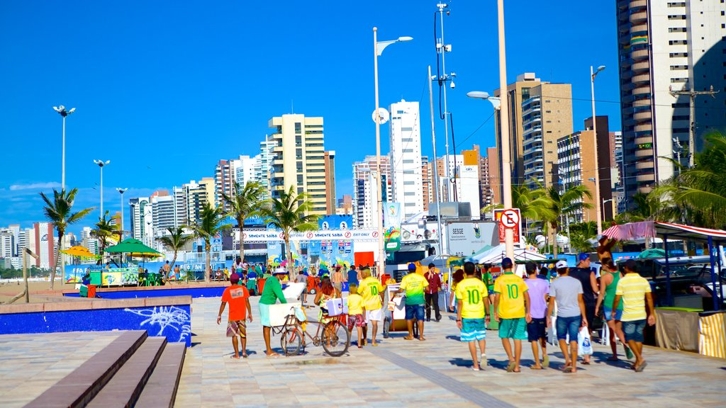 Fortaleza featuring street scenes as well as a large group of people