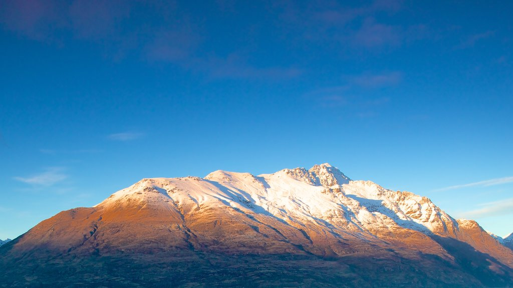 Queenstown showing mountains and snow