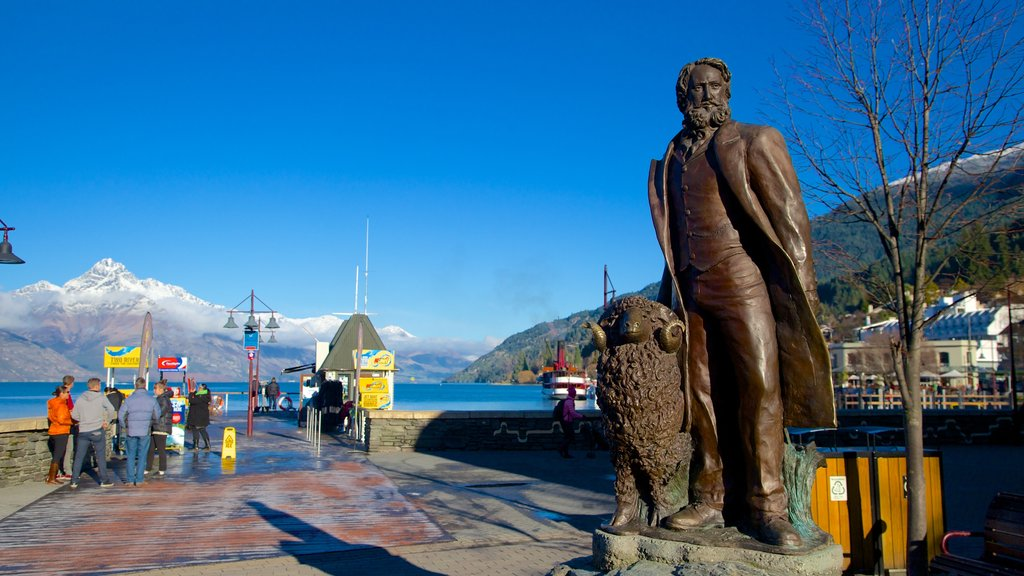 Queenstown showing a statue or sculpture and street scenes