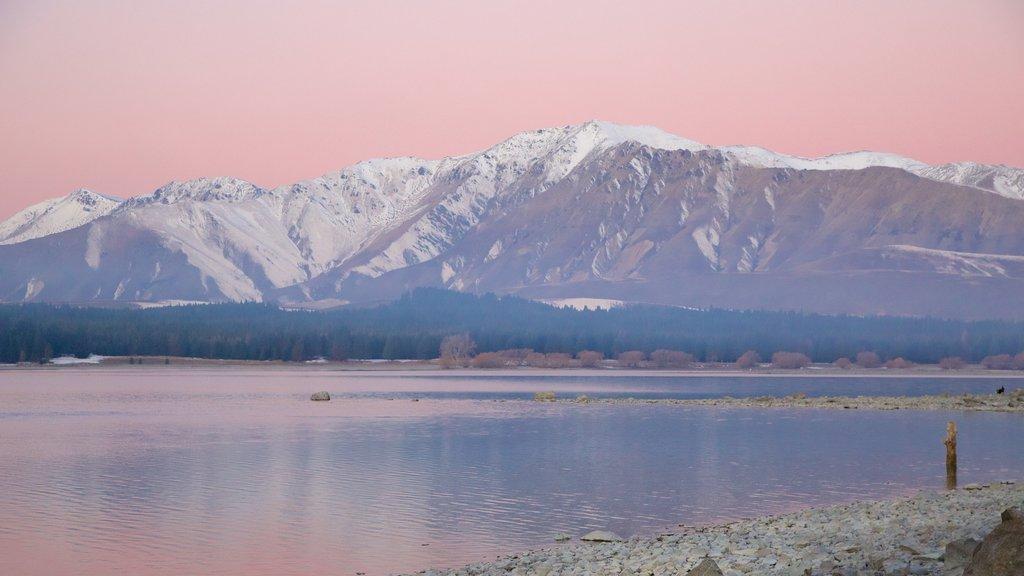Lake Tekapo showing mountains, snow and a lake or waterhole