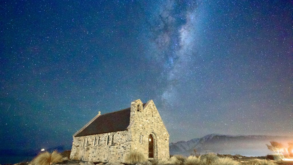 Church of the Good Shepherd mostrando escenas nocturnas y una iglesia o catedral