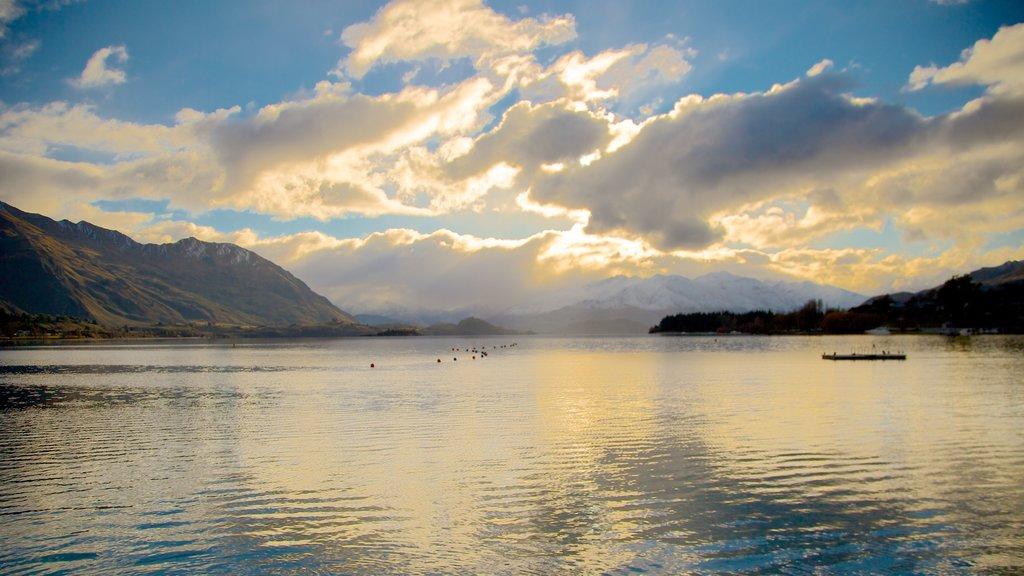 Lake Wanaka ofreciendo un lago o abrevadero y una puesta de sol