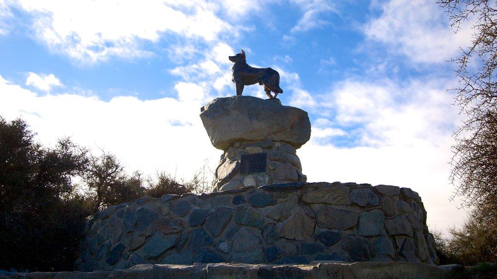 Condado de Mackenzie mostrando una estatua o escultura