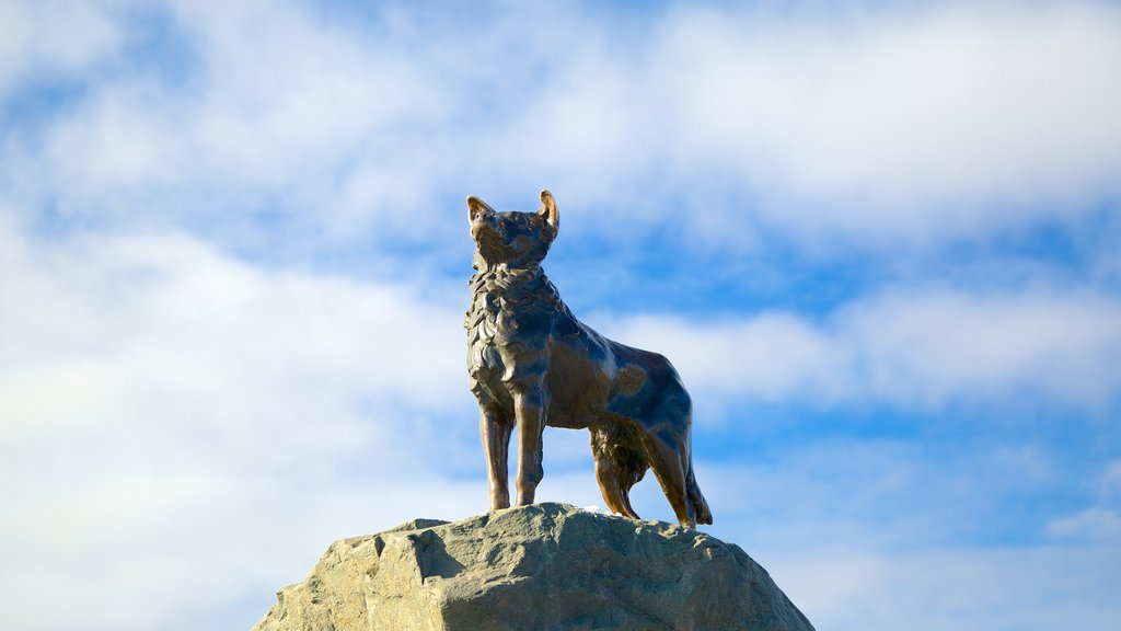 Estatua del perro pastor ofreciendo una estatua o escultura y arte al aire libre