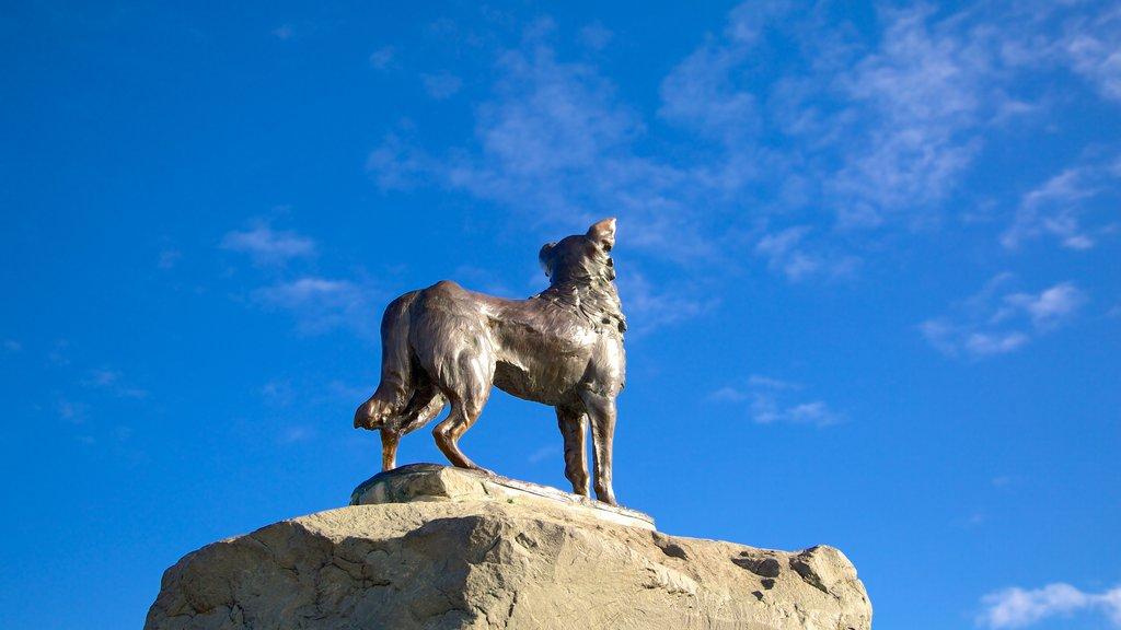 Estatua del perro pastor que incluye arte al aire libre y una estatua o escultura