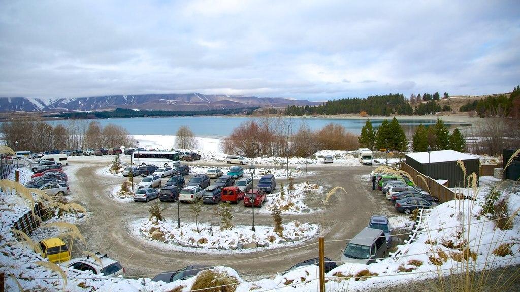 Condado de Mackenzie ofreciendo un lago o abrevadero y nieve