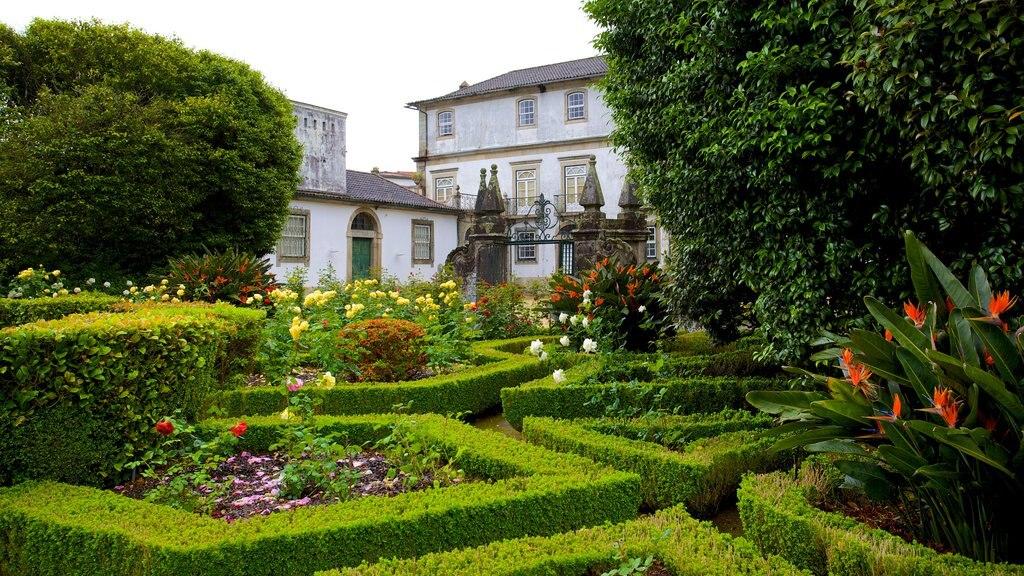 Palacio dos Biscainhos showing a park