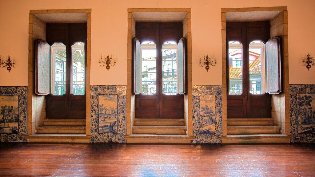 Palacio dos Biscainhos which includes interior views, a castle and heritage architecture