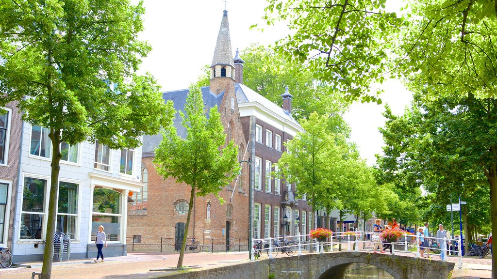 Oude Kerk featuring a small town or village and street scenes