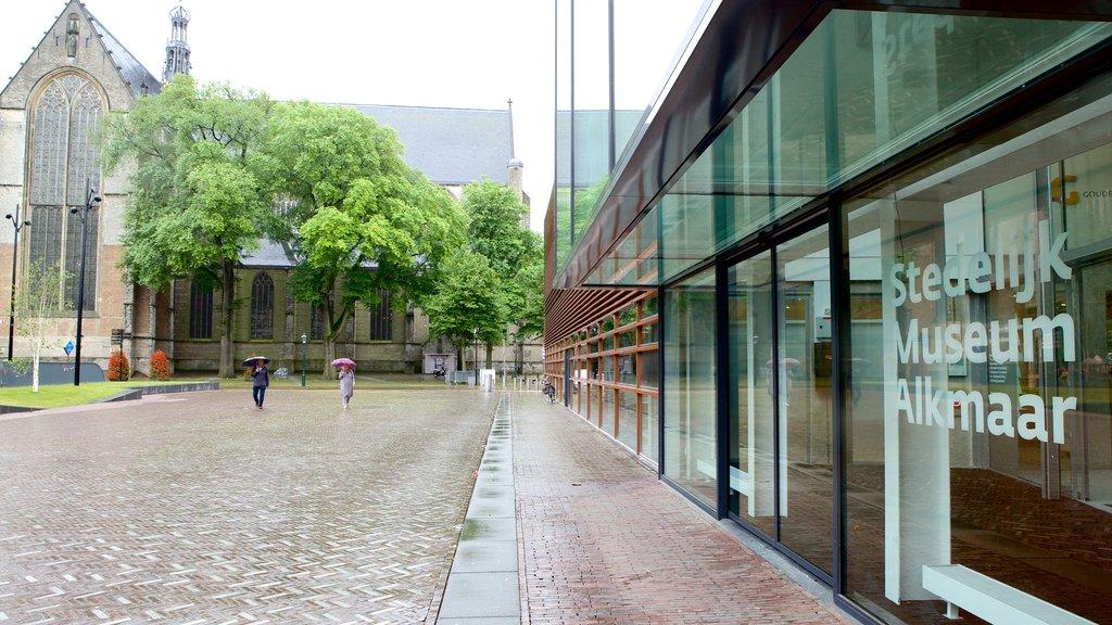 Stedelijk Museum featuring modern architecture and street scenes