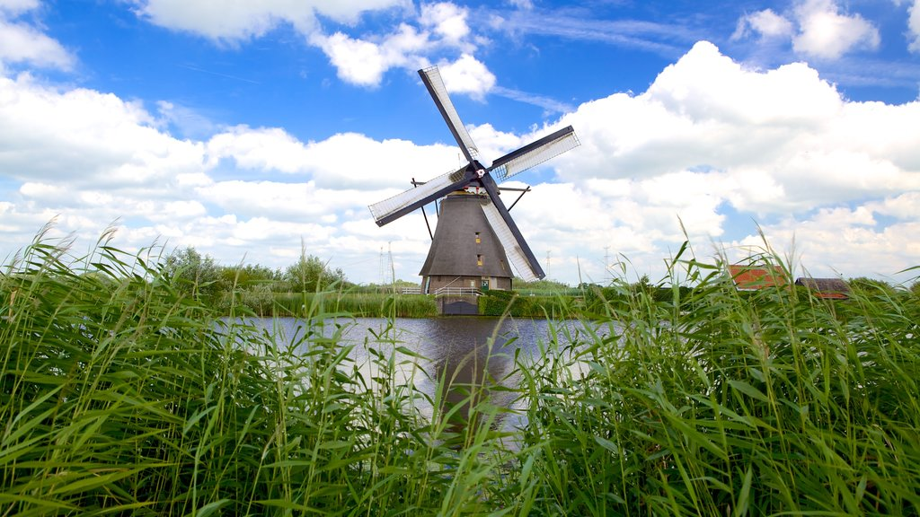 Kinderdijk ofreciendo un molino de viento y un río o arroyo