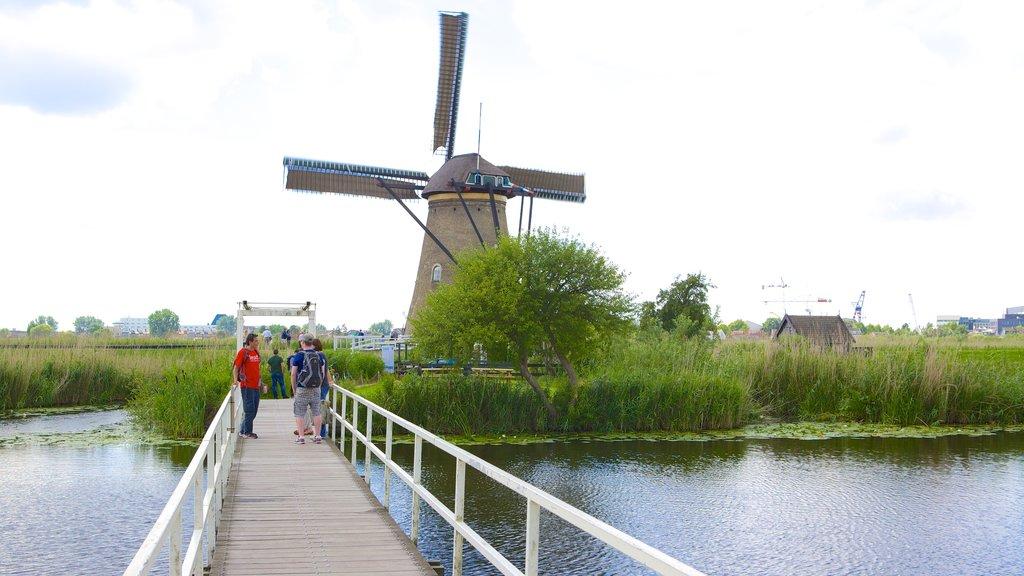 Kinderdijk ofreciendo un puente, humedales y un molino de viento