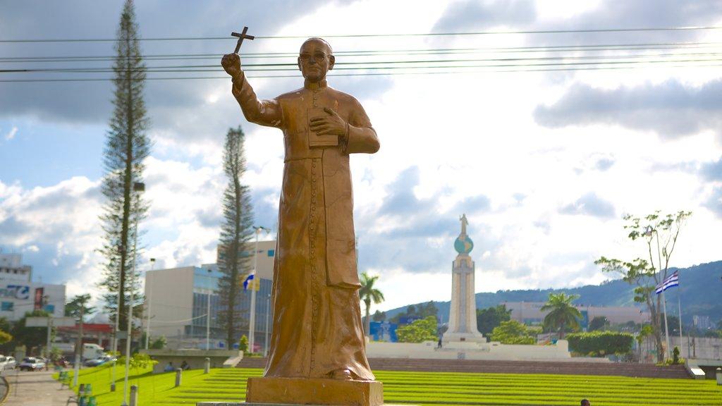 Monumento al Salvador del Mundo ofreciendo dfc, una estatua o escultura y un monumento