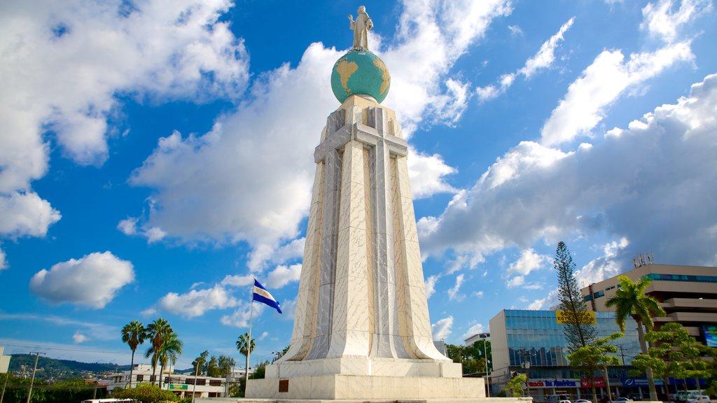 Monumento al Salvador del Mundo que incluye un parque o plaza, arquitectura moderna y un monumento