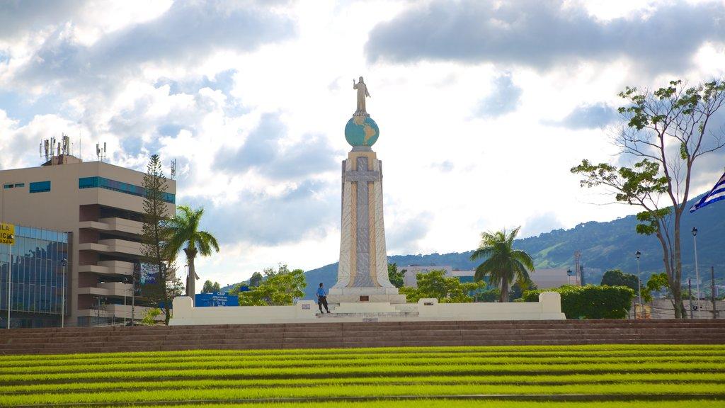 Monumento al Salvador del Mundo ofreciendo un monumento y un parque