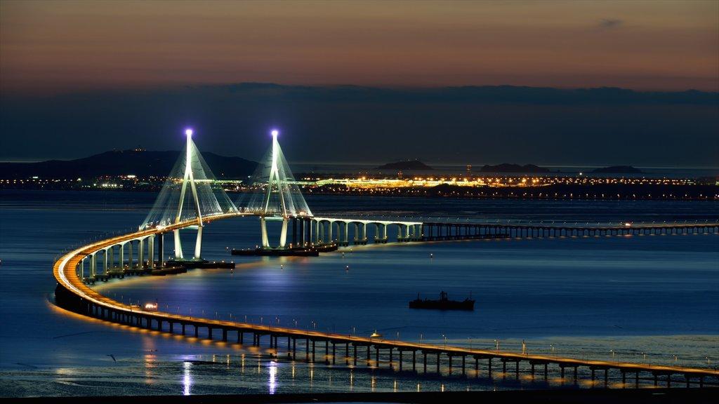 Changwon que incluye escenas nocturnas, un puente y una puesta de sol