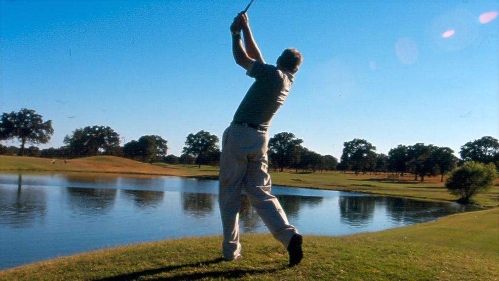 Fredericksburg mostrando golf, vistas de paisajes y un estanque