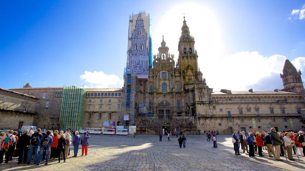 Plaza del Obradoiro mostrando un parque o plaza, una iglesia o catedral y una ciudad