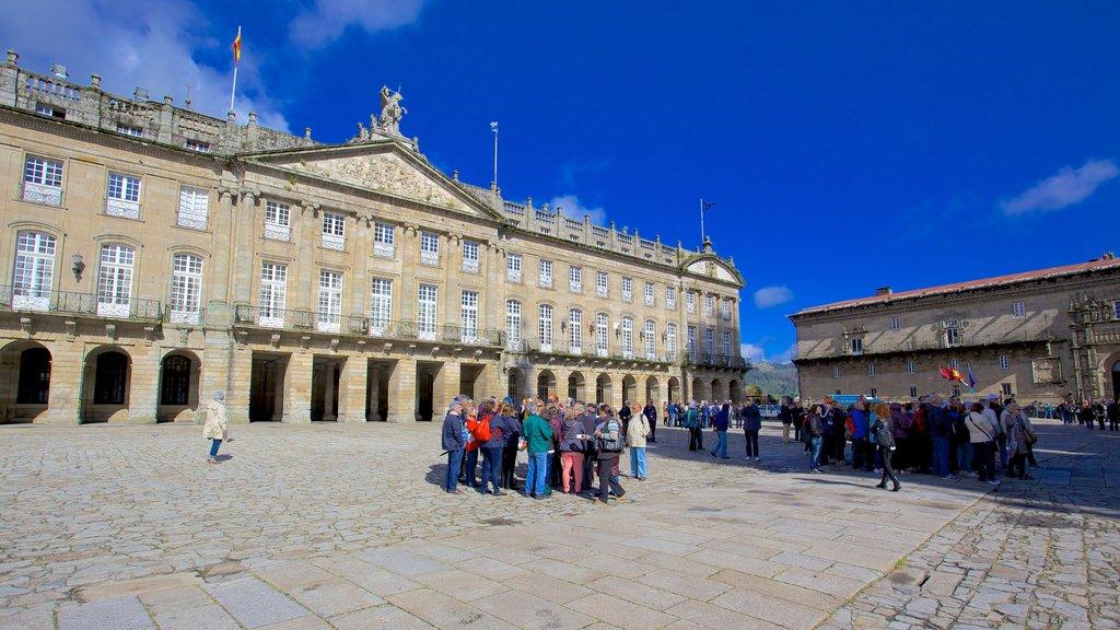 Plaza del Obradoiro que incluye escenas urbanas, patrimonio de arquitectura y un parque o plaza