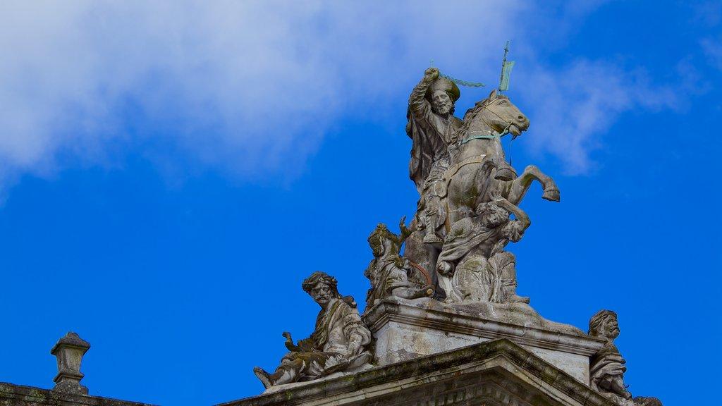 Plaza del Obradoiro que incluye una estatua o escultura y arte al aire libre