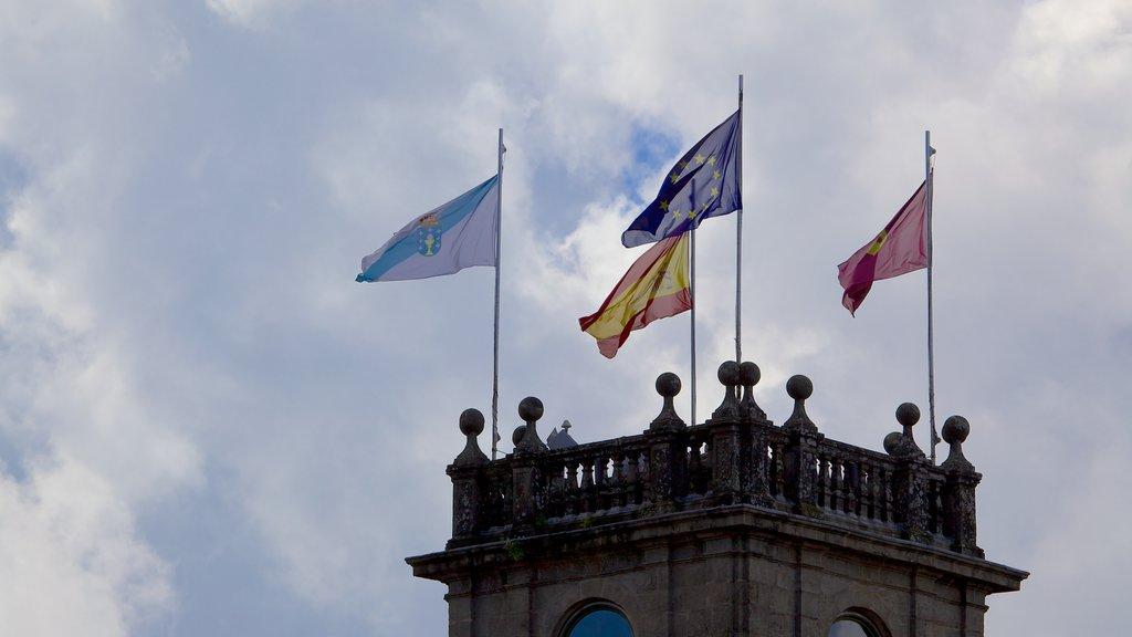 Plaza del Obradoiro mostrando escenas urbanas, una ciudad costera y patrimonio de arquitectura