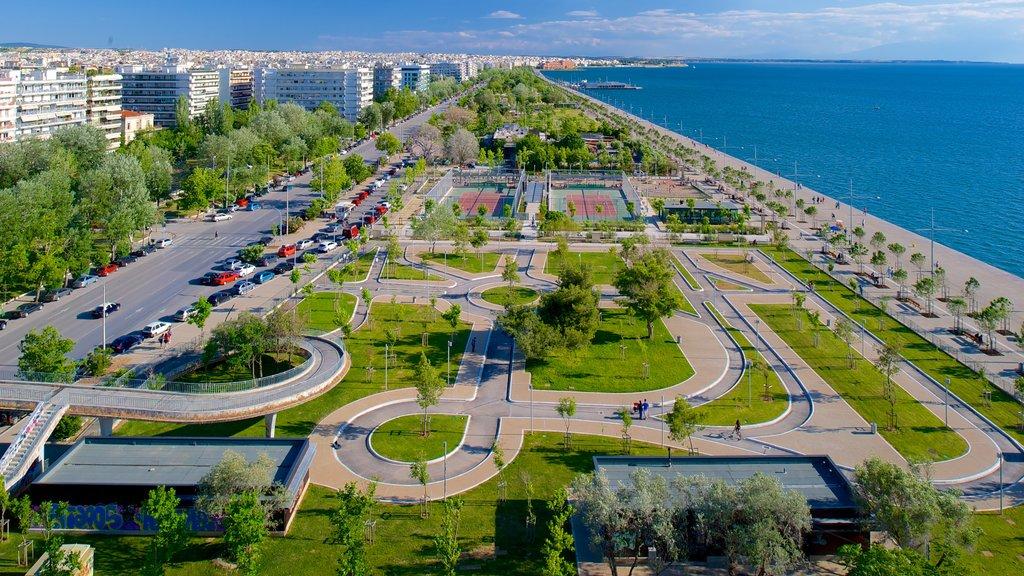 Tesalónica mostrando una ciudad, un jardín y vistas generales de la costa