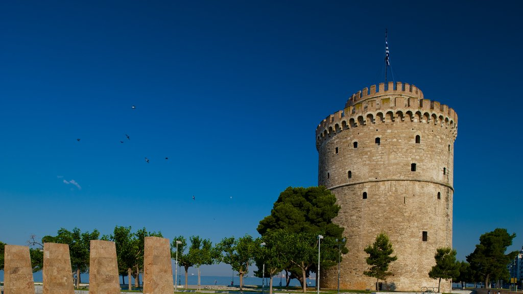 White Tower of Thessaloniki featuring heritage elements