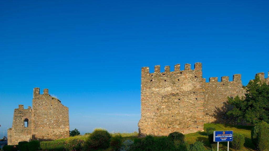 Murallas bizantinas ofreciendo una ciudad costera, patrimonio de arquitectura y ruinas de edificios