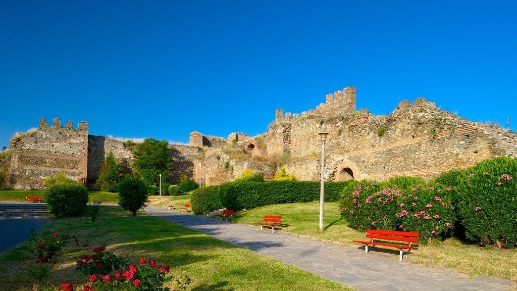 Murallas bizantinas que incluye patrimonio de arquitectura, un jardín y ruinas de edificios