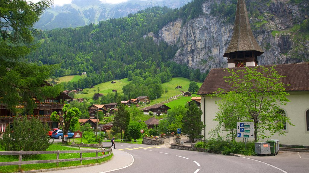 Lauterbrunnen mostrando escenas urbanas, montañas y vistas de paisajes