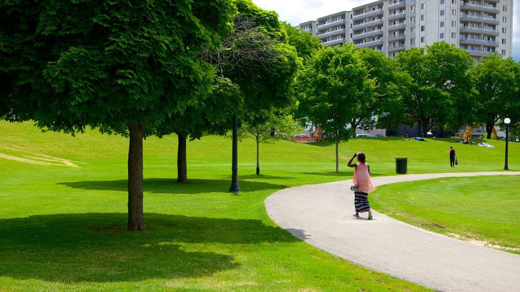 Kitchener que incluye un jardín y también una mujer