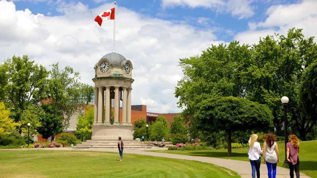 Kitchener mostrando senderismo o caminata, un jardín y un monumento