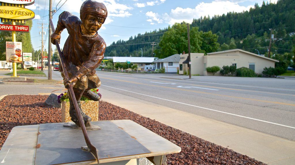 Castlegar which includes outdoor art, street scenes and a statue or sculpture
