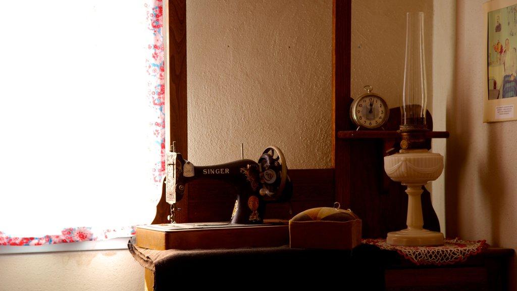 Centro de descubrimiento Doukhobor ofreciendo vistas interiores y elementos del patrimonio