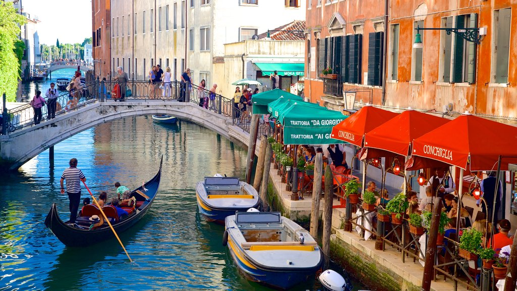 Castello ofreciendo kayak o canoa, un río o arroyo y un puente