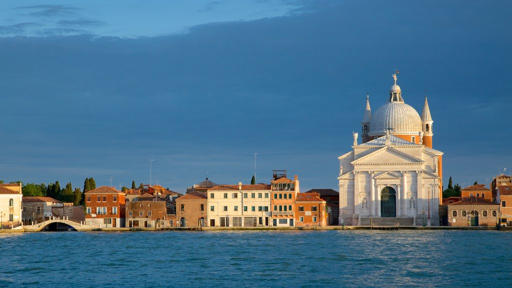 Dorsoduro featuring heritage architecture and a coastal town