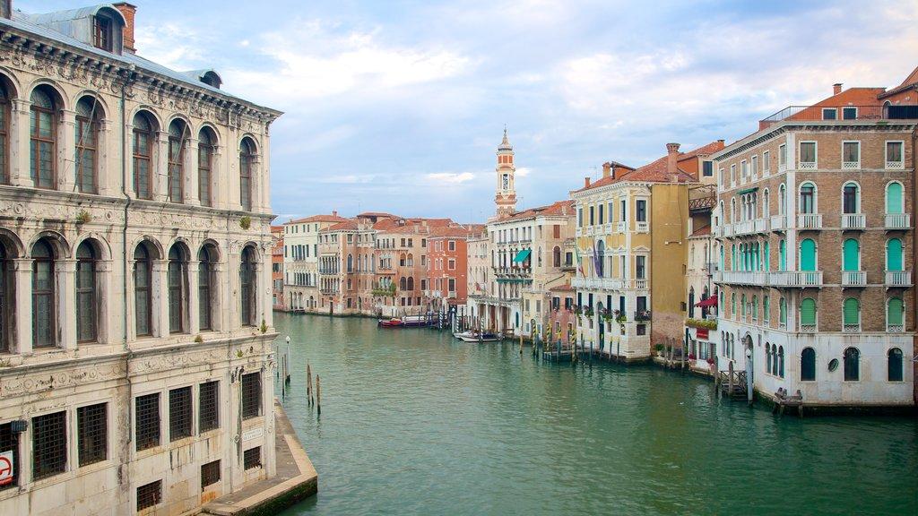 Venecia ofreciendo patrimonio de arquitectura y un río o arroyo