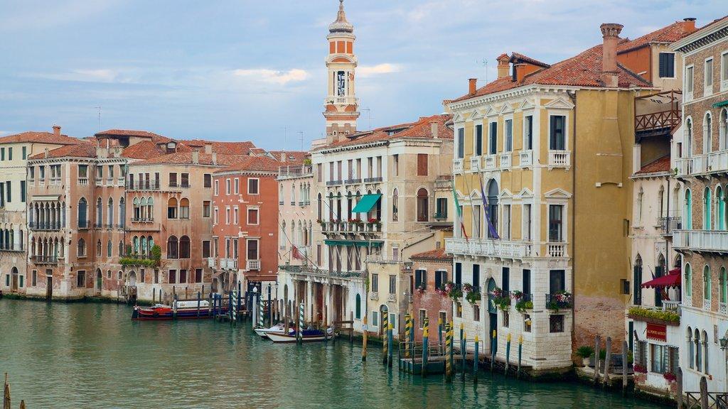 Venecia que incluye una ciudad, patrimonio de arquitectura y un río o arroyo