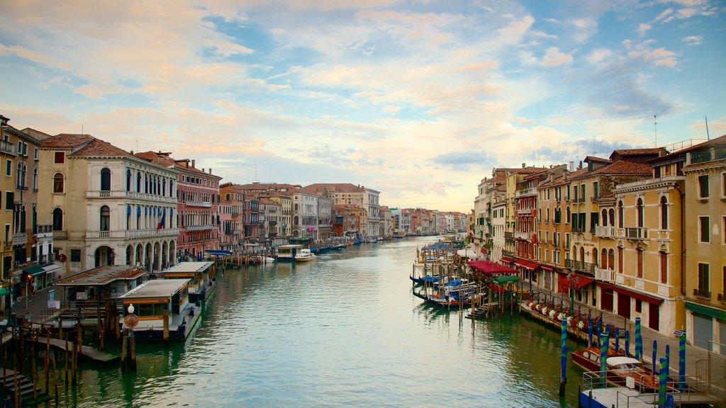 Venecia ofreciendo un río o arroyo