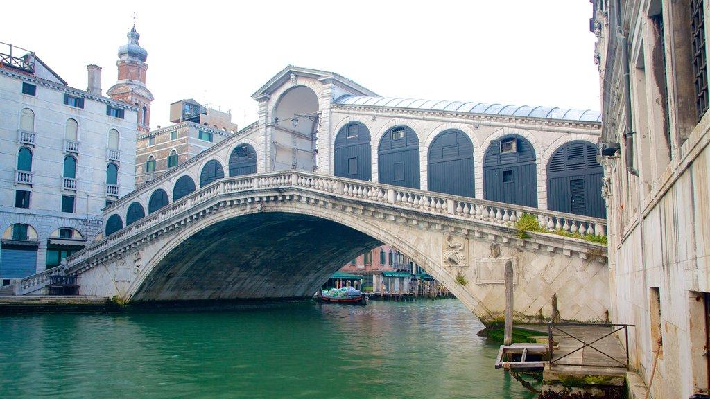 Puente de Rialto mostrando un río o arroyo, un puente y patrimonio de arquitectura
