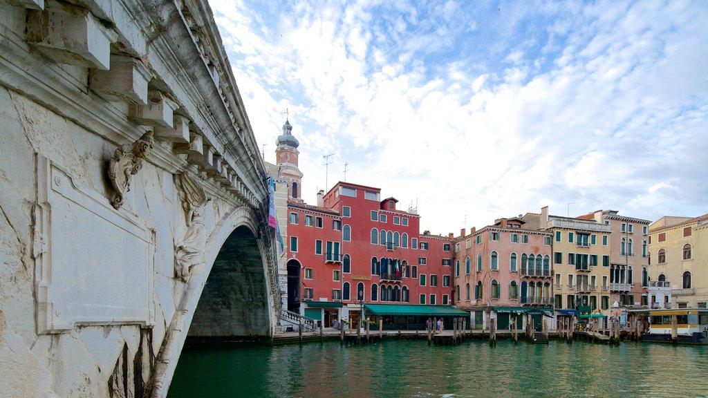 Ponte de Rialto que inclui um rio ou córrego, arquitetura de patrimônio e uma ponte