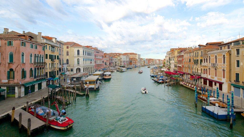 Veneza mostrando arquitetura de patrimônio e um rio ou córrego