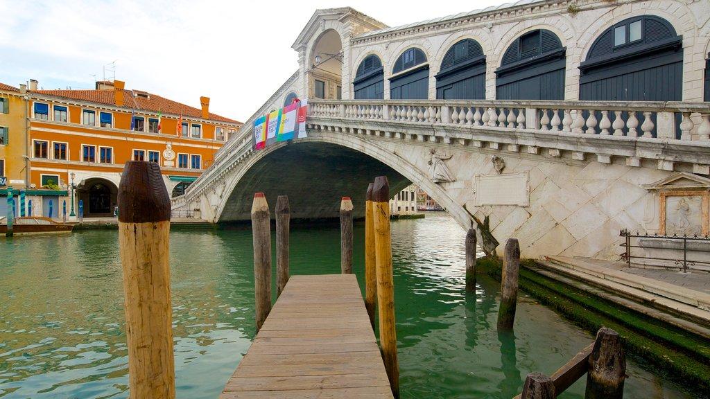 Venecia que incluye un río o arroyo y un puente