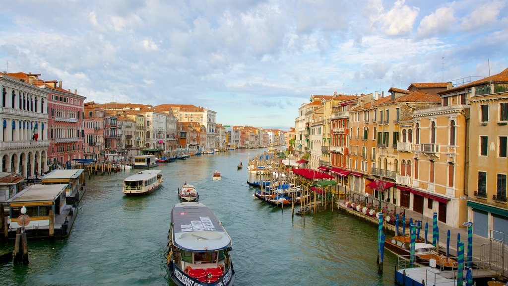 Veneza mostrando um rio ou córrego e arquitetura de patrimônio
