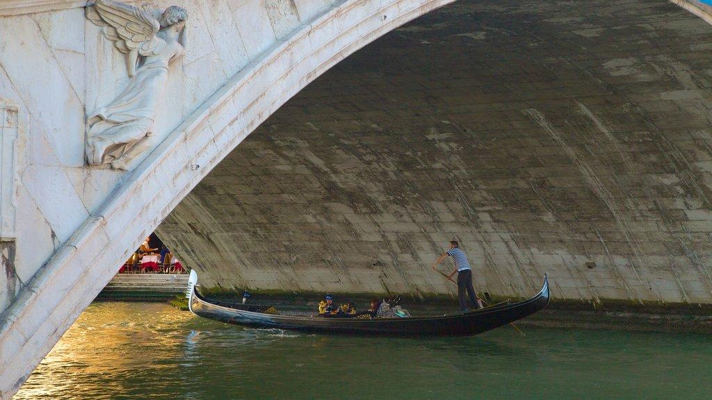 Venecia que incluye kayak o canoa y un río o arroyo
