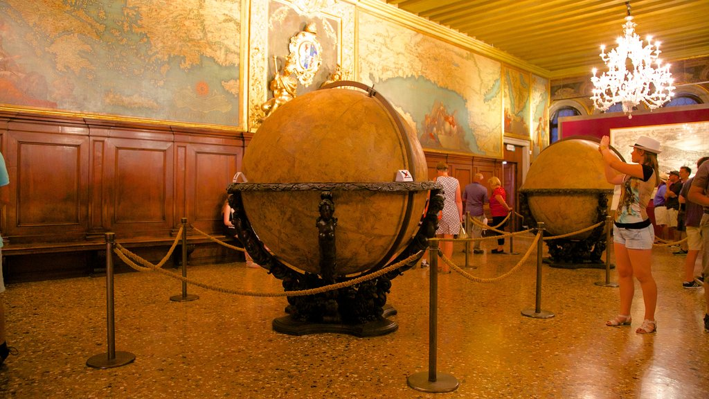 Doge\'s Palace which includes interior views, chateau or palace and heritage architecture