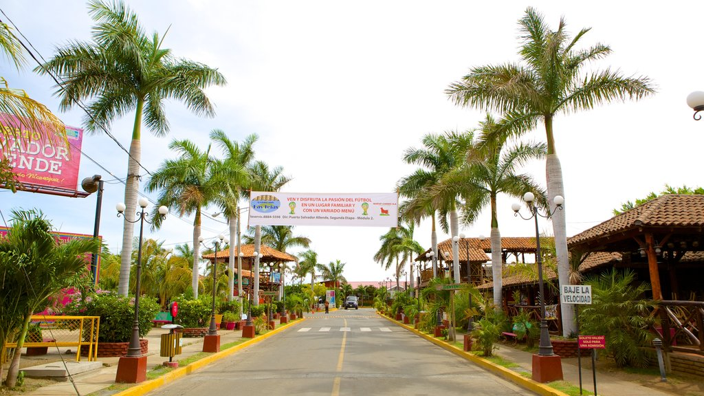 Managua featuring a small town or village and street scenes