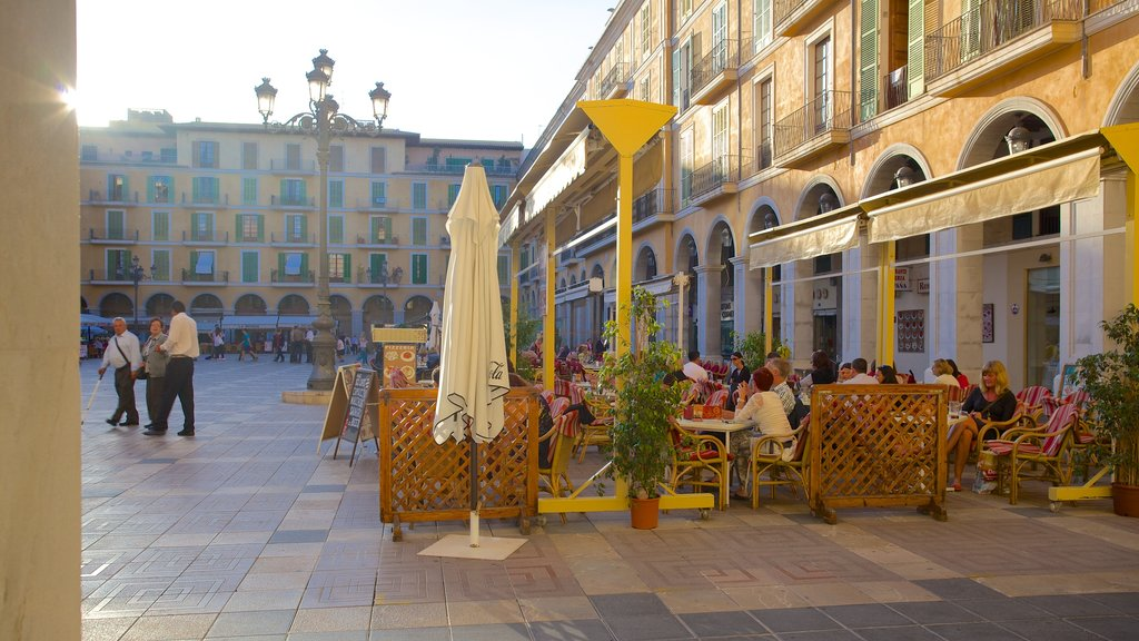 Plaza Mayor de Palma showing outdoor eating, heritage architecture and cafe lifestyle
