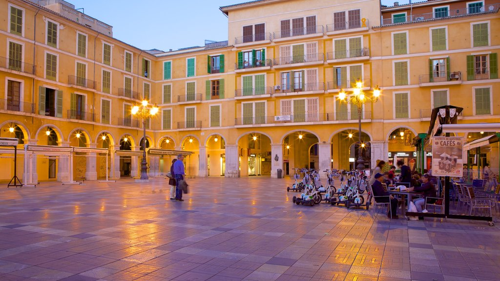 Plaza Mayor de Palma featuring cafe lifestyle, heritage architecture and a square or plaza